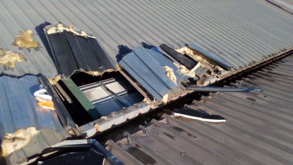 Reparación urgente de cubierta en nave industiral